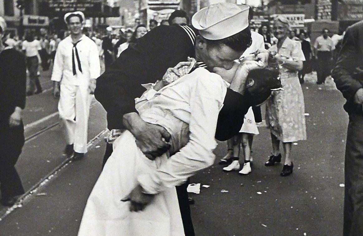 El icónico beso de Time Square cuando finalizó la guerra mundial del fotógrafo Alfred Eisenstaedt