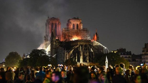 Una multitud observó la lucha de los bomberos por extinguir el fuego(AFP)