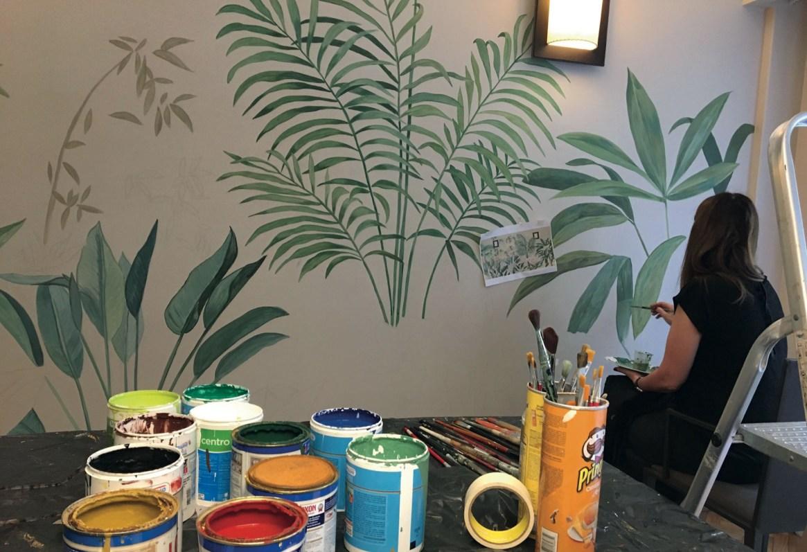 Entre pinceles y latas de pinturas, Cecilia Ibarguren va distribuyendo los colores de acuerdo al modelo elegido.