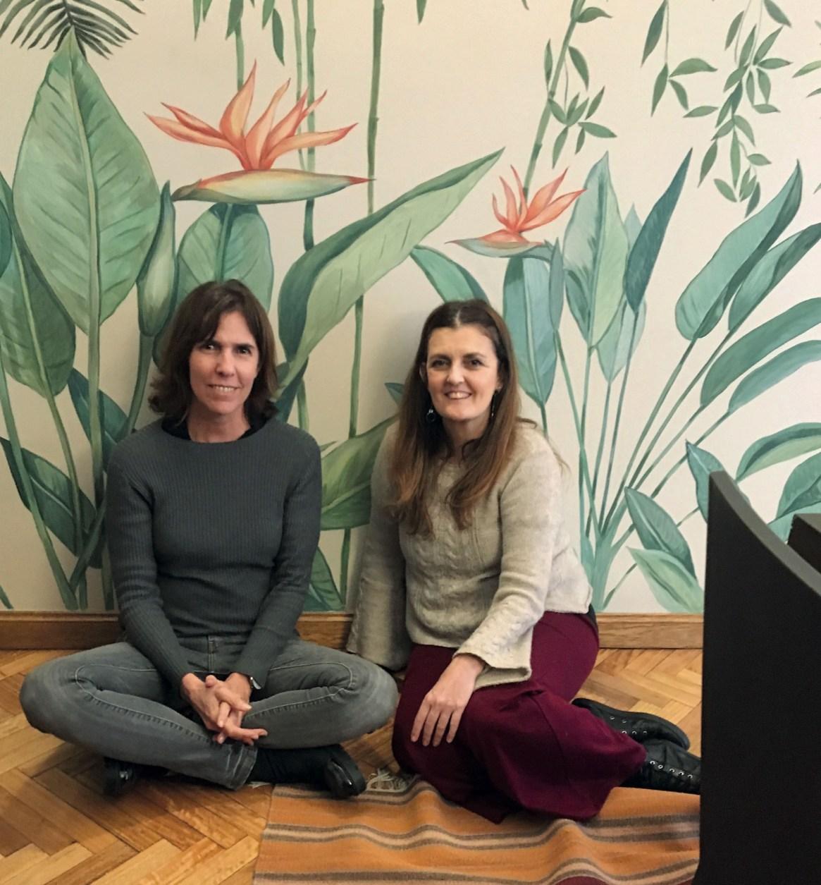 Paca Robirosa y Cecilia Ibarguren, satisfechas delante del trabajo terminado: las estrelitzias son parte de un mural que pintaron en el 2018.