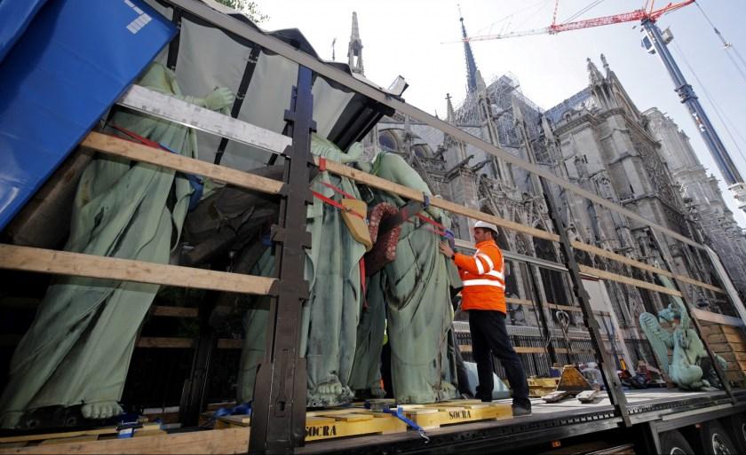 Los trabajos de mantenimiento, de los que se sospechan por el origen del fuego, habían retirado las estatuas (Reuters)