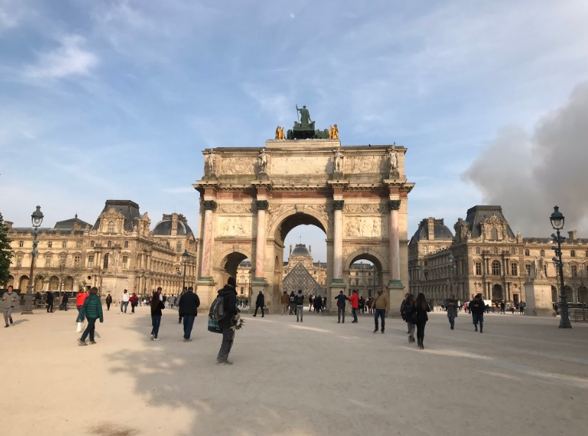 Brooke Windsor se encontraba en el exterior del museo del Louvre cuando empezó a ver el humo (Foto: Twitter Brooke Windsor)