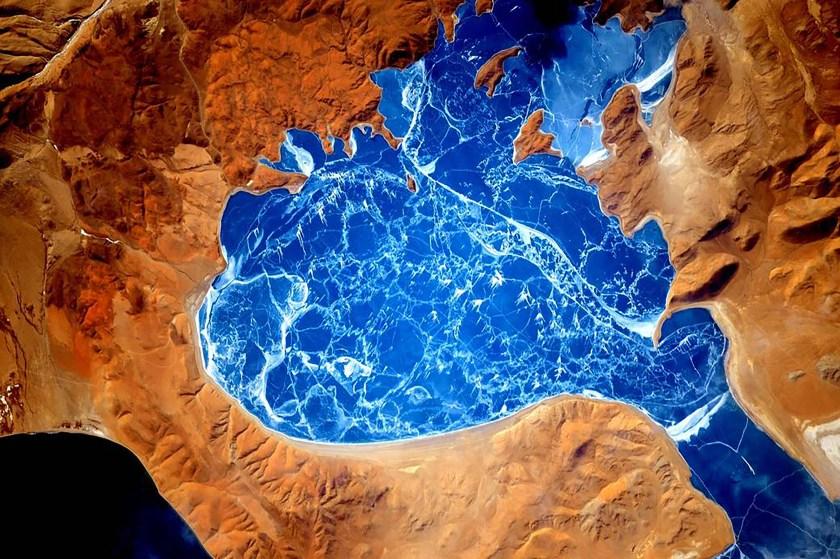 Un lago congelado en el Himalaya (Scott Kelly/NASA via The New York Times)