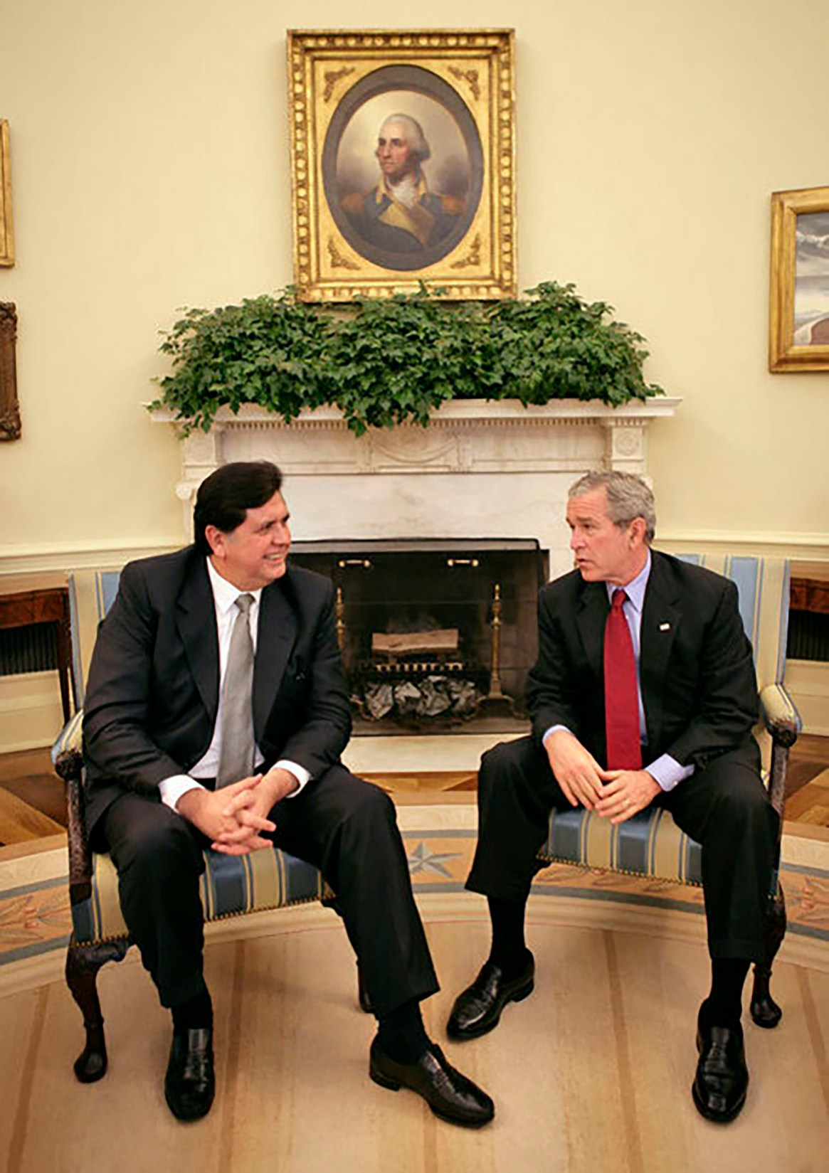 Alan García junto a su par estadounidense George W. Bush, durante su visita a Washington en 2006 (White House photo)