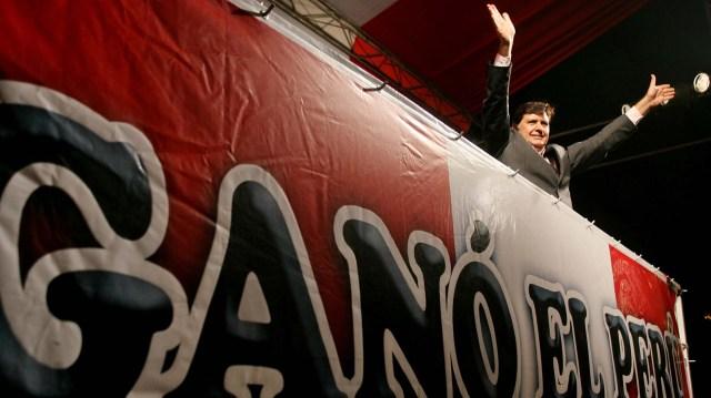 García saluda a sus simpatizantes tras obtener el triunfo en el ballotage frente a Ollanta Humala en junio de 2006
