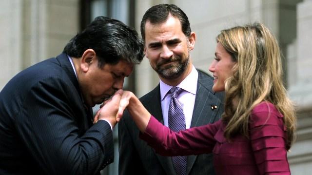 García siempre se ufanó de su imagen de caballero. En la imagen, saluda a la entonces pricesa Letizia Ortiz, ante la mirada del príncipe Felipe, en 2010