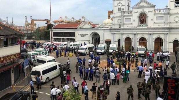 Miembros de la policía y ejército custodian una iglesia. (Reuters)