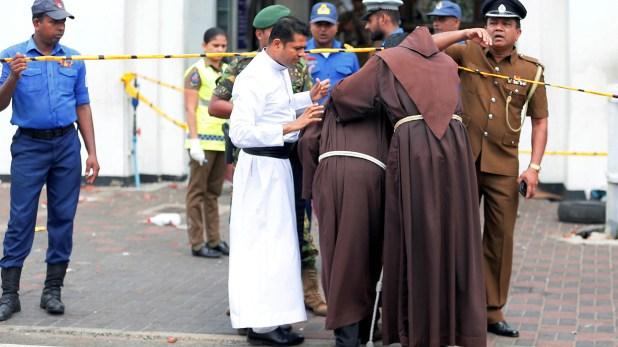 Miembros del clero se lamentan frente a una de las iglesias atacadas (Reuters)