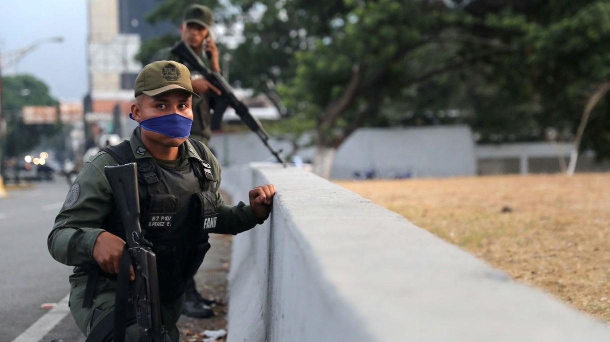 """Un soldado en la base aérea """"La Carlota"""" (REUTERS/Manaure Quintero)"""