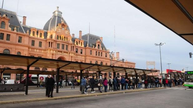 La estación Constitución amaneció repleta de personas. Los trenes funcionan con normalidad, pero hay menos colectivos en las calles