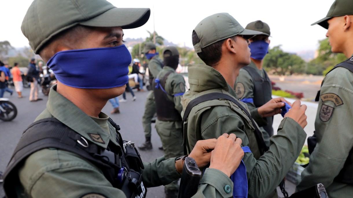 """Militares con una cinta azul en el brazo cerca de la Base Aérea """"La Carlota"""" en Caracas, Venezuela, el 30 de abril de 2019 (REUTERS/Manaure Quintero NO RESALES. NO ARCHIVES)"""