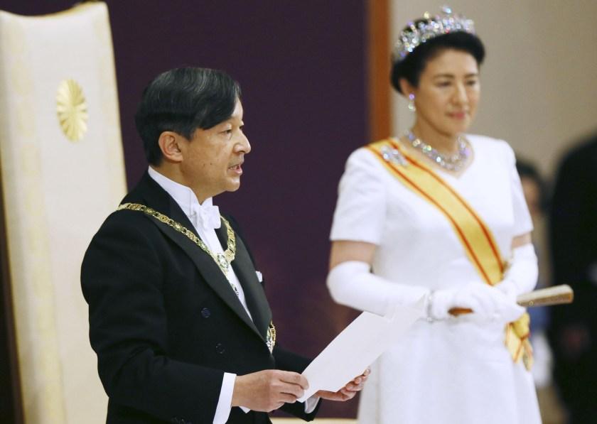 Naruhito con la emperatriz Masako durante su discurso de ascenso. (Kyodo/via REUTERS)