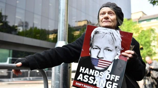 Una mujer protesta contra la detención de Assange(Daniel LEAL-OLIVAS / AFP)