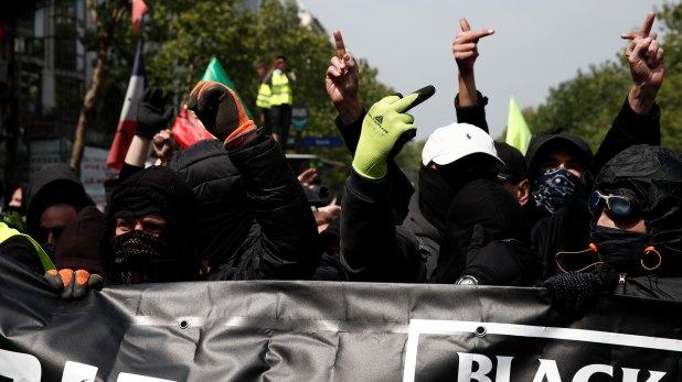 Manifestantes enmascarados asisten a una manifestación durante el tradicional día del trabajo del Primero de Mayo en París (Reuters)