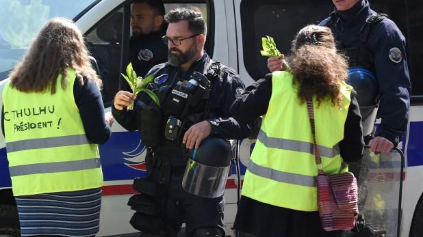 Un intercambio pacífico entre chalecos amarillos y policías