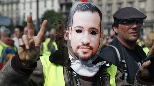 Un manifestante, con una careta de Alexandre Benalla, ex guardaespaldas de Macron despedido por reprimir irregularmente en una protesta (Zakaria ABDELKAFI / AFP)