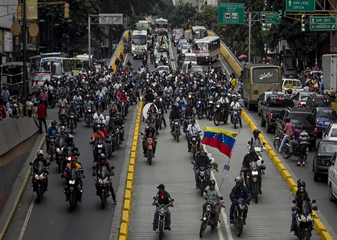 Los colectivos se movilizan en motocicletas cuando salen a reprimir las protestas contra el régimen