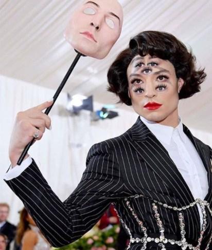 Ilusión óptica en el maquillaje de Ezra Miller.