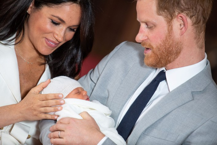Harry y Meghan Markle con su hijo Archie en brazos en St George's Hall en el castillo de Windsor