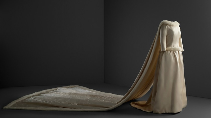 El vestido de novia en chantung de color marfil con bordado de hilos de plata cuya línea se repite en el traje de Isabel de Borbón, esposa de Felipe IV