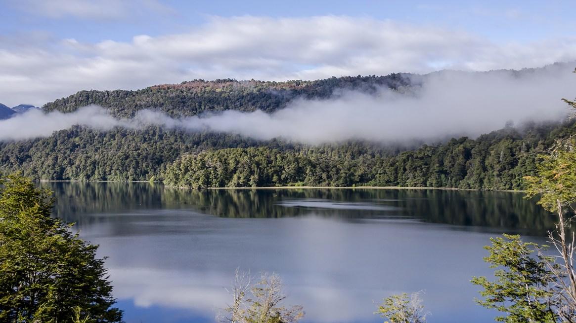 Tanto en invierno como en verano es posible realizar paseos y actividades deportivas por bosques, lagos y montañas (Parques Nacionales Argentina)