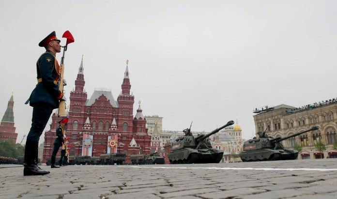 La columna de artillería avanza frente a la tienda GUM (Reuters)