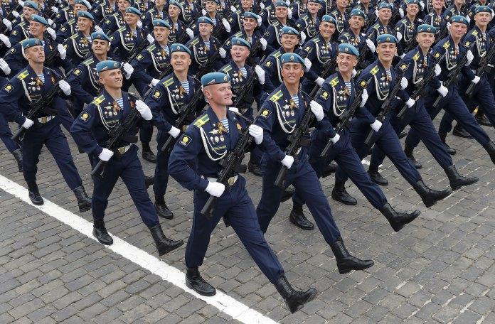Soldados rusos marchando en la Plaza Roja (Reuters)