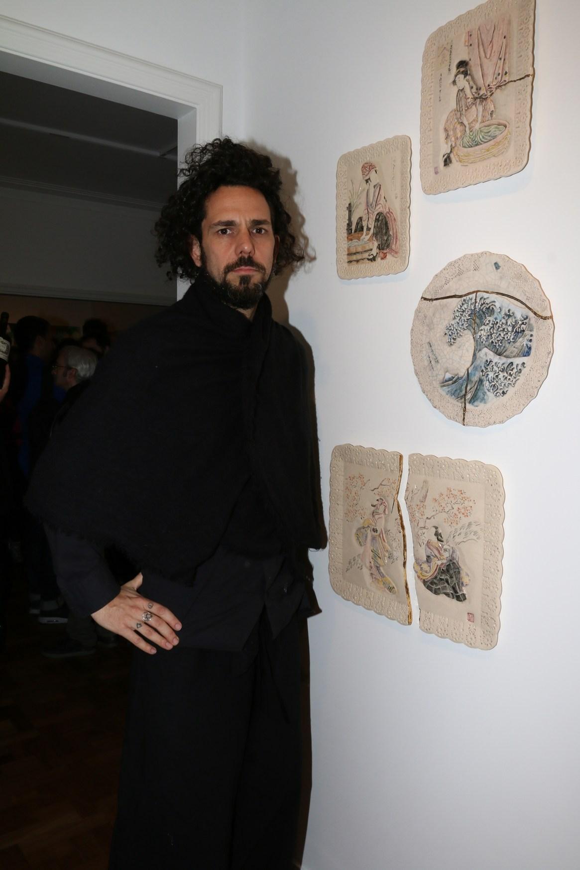 Alejandro Somaschini junto a su obra