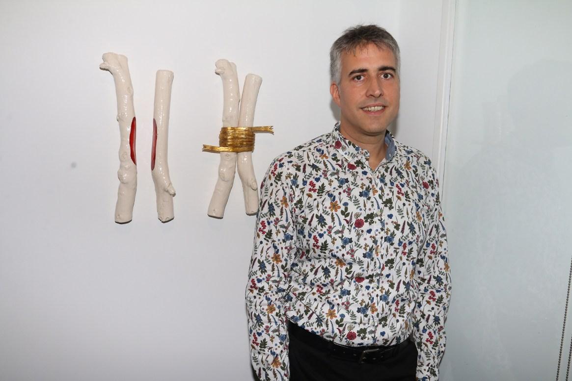 Gabriel Baggio junto a su obra