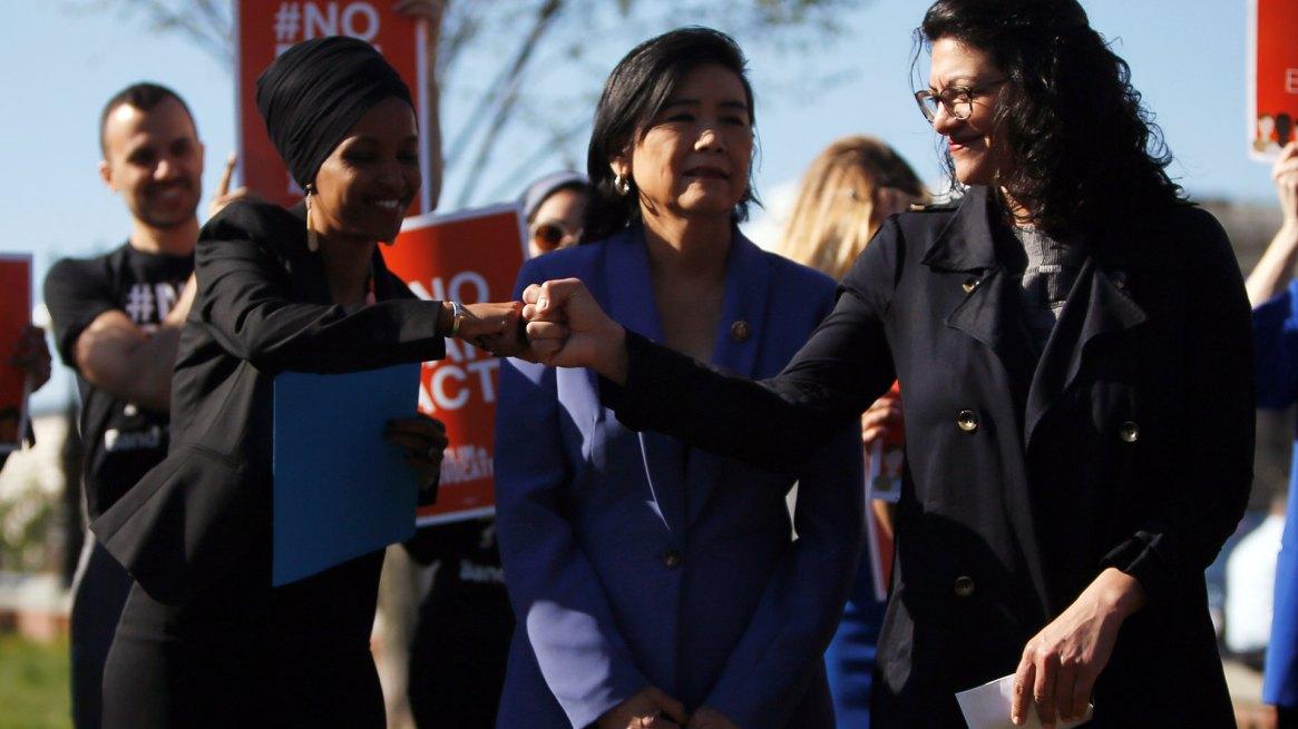 La congresista Rashida Tlaib (derecha) comparte un choque de puños con la representante Ilhan Omar (izquierda) en la puerta del Capitolio. Son dos de las referentes del ala izquierda del Partido Demócrata (Reuters)