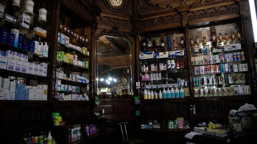 Remedios y otros productos actuales, en medio de los muebles antiguos