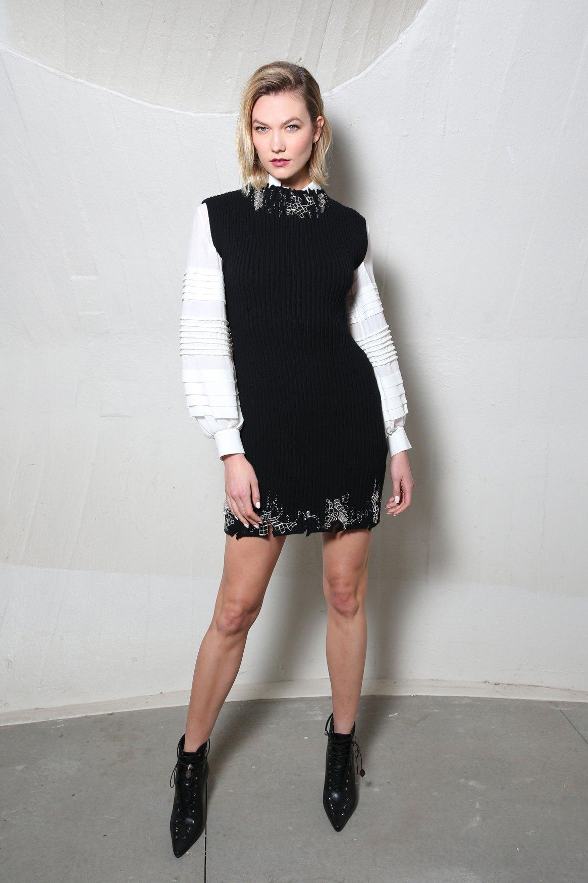 Karlie Kloss en blanco y negro.