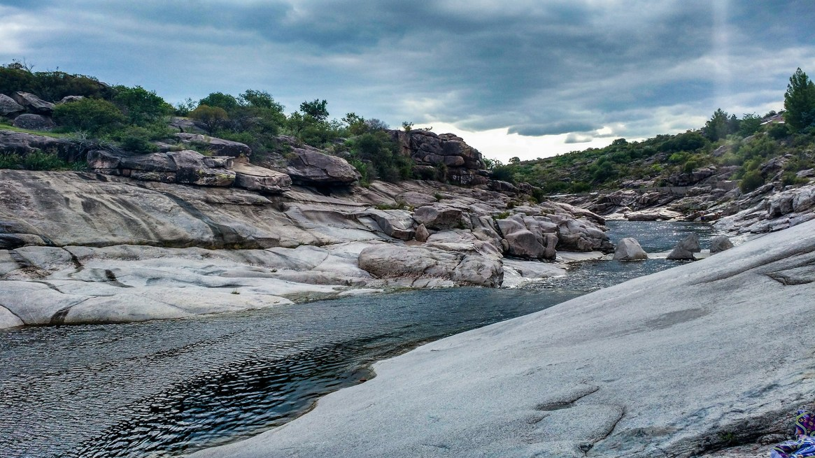 Uno de los mayores atractivos de la ciudad cordobesa, el río Mina Clavero (Shutterstock)