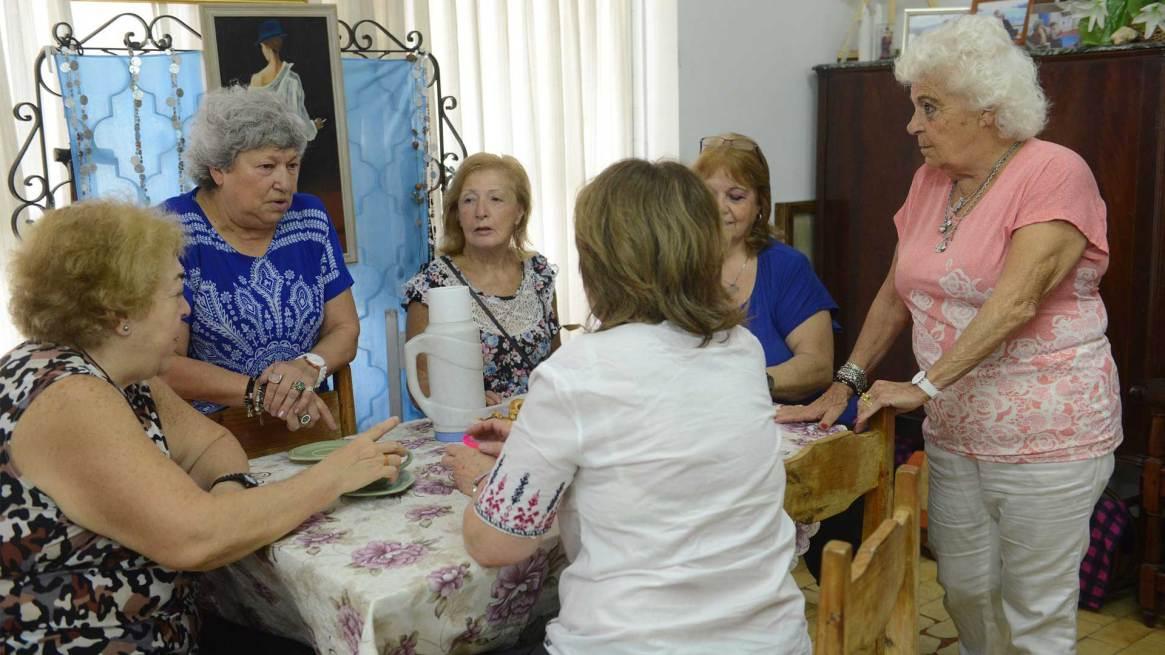 De lunes a domingos se realizan distintas actividades recreativas y culturales en el centro para la tercera edad que lidera Lidia Greco. Foto: Fernando Calzada