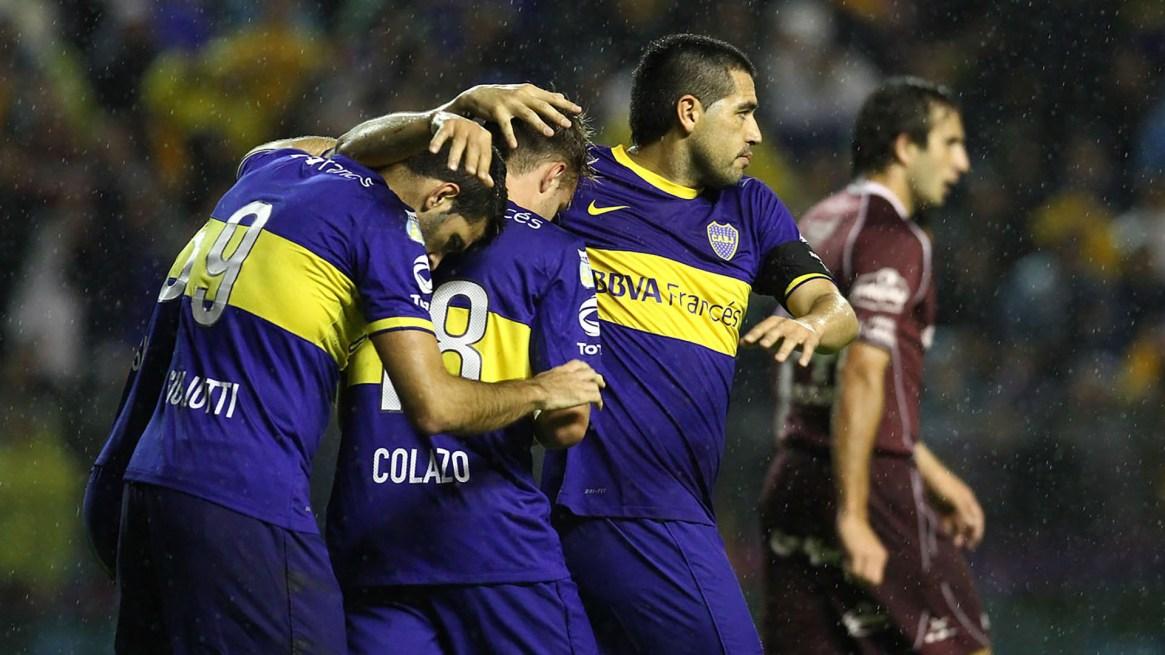 Riquelme celebra junto a sus compañeros uno de los tres goles de Boca ante Lanús