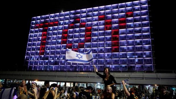 """Israelíes celebrar el triunfo de Netta Barzilai en el Festival de la CanciónEurovisón 2018con su canción """"Toy"""" en la plaza Rabin en mayo del año pasado(Foto archivo:REUTERS/Corinna Kern)"""