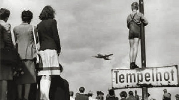Berlineses observan la llegada de otro avión al aeropuerto de Tempelhof (Wikipedia)