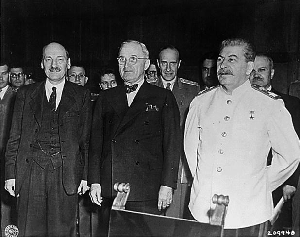 Clement Attlee, primer ministro británico, junto al presidente estadounidense Harry S. Truman y el líder supremo de la Unión Soviética, Josef Stalin, durante la conferencia de Potsdam