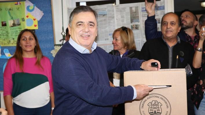 (Mario Sar)El radical Mario Negri fue el último de los candidatos en votar, una hora antes del mediodía