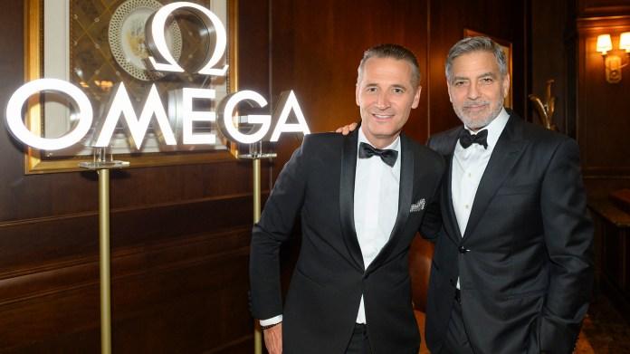 George Clooney fue la gran estrella de la fiesta organizada por Omega, que ofreció un homenaje lleno de estrellas por el cincuenta aniversario del primer alunizaje. Además del actor, quien es embajador de la marca de relojes, asistieron veteranos de la NASA como Charlie Duke, Thomas Stafford y Buzz Aldrin, la leyenda del Apolo 11. En la foto, Clooney saluda al presidente y CEO de Omega, Raynald Aeschlimann