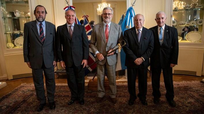 El periodista Nicolas Tozer junto a los veteranos de Malvinas, los coroneles (R)Leandro Villegas, Jaureguiberry, Oscar Minorín, Jaureguiberry yel General (R) Sergio Fernández, titular de AVEGUEMA.(Lihue Althabe)