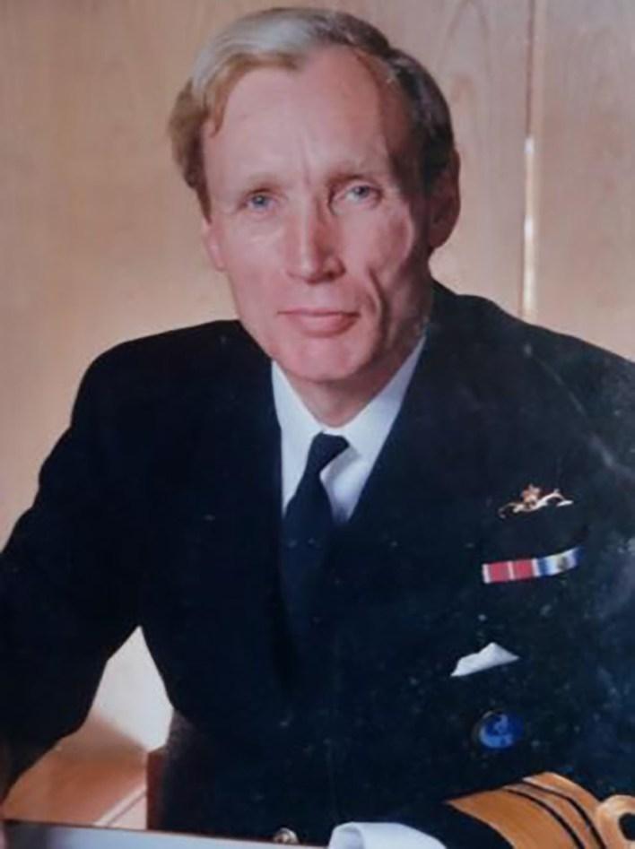Almirante Sir Hugo White conservó durante 37 años el sable de un coronel argentino.
