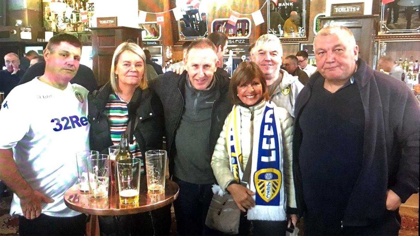 La previa y el post partido se hacen en los típicos bares ingleses compartiendo unas cervezas