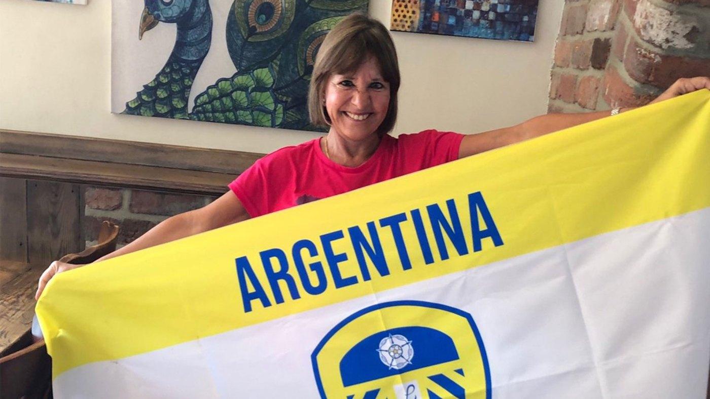 """""""La argentina loca (como Bielsa) de twitter"""" con su bandera: una pasión compartida a 11.000 kilómetros de distancia"""