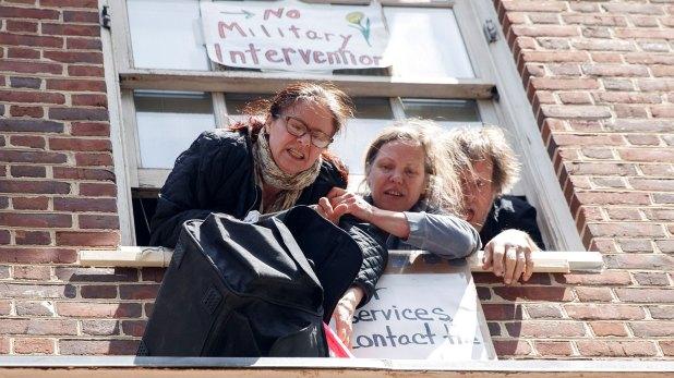 Jackson introdujo varias bolsas con alimentos en una mochila que los activistas colgaron de una ventana con una cuerda (EFE)