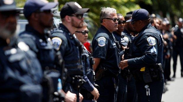 Policías a las afueras de la embajada (EFE)