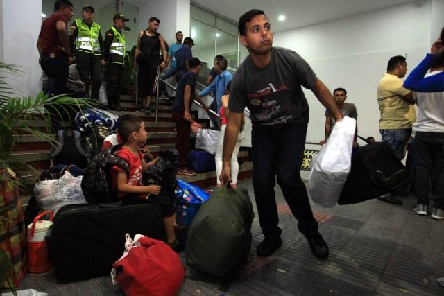 Los ex militares fueron trasladados a Migración Colombia (EFE)