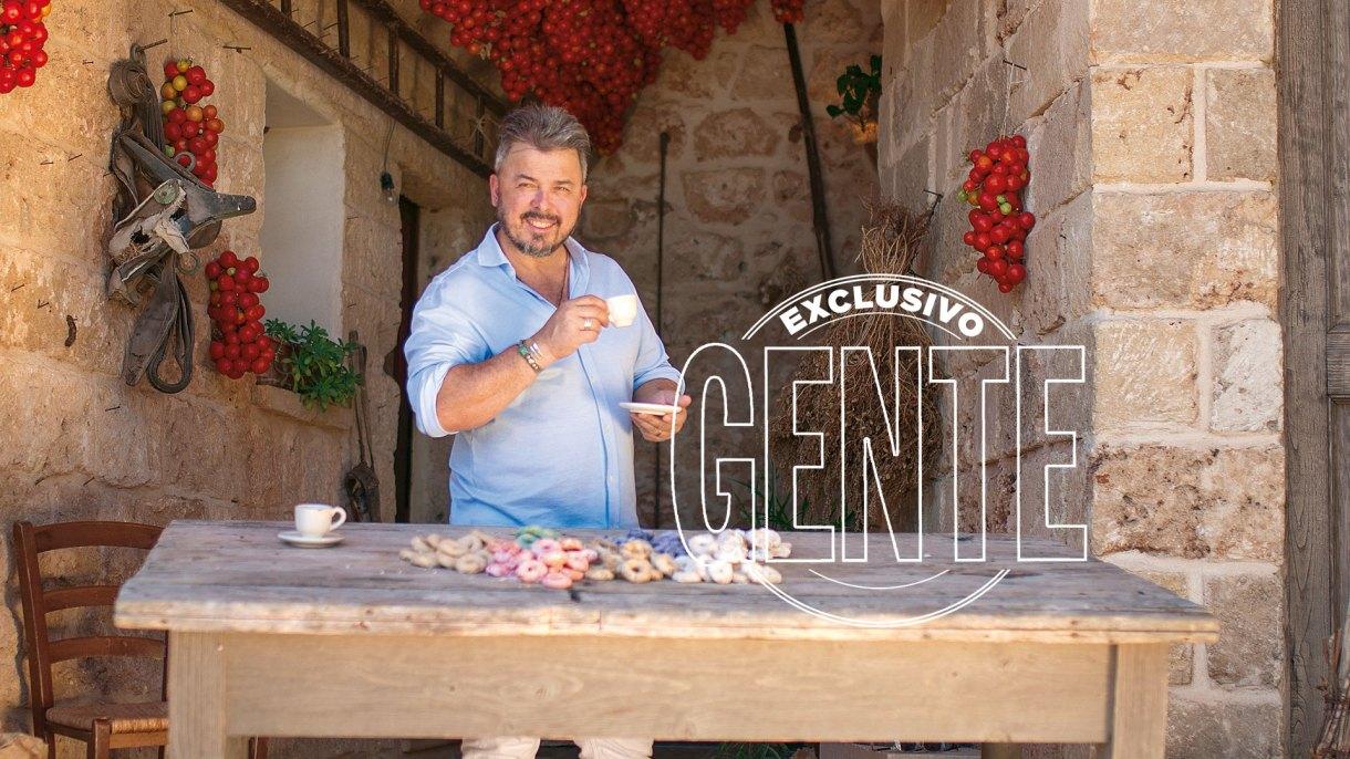 """""""Mi hilo umbilical lo tengo con mi tierra, Italia"""", reconoce el maestro de los sabores, Donato de Santis, que exhibe unos taralli dolci en una masseria de Puglia, la entrañable región que lo vio crecer."""