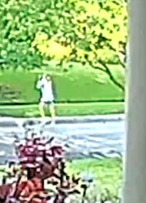 La mujer reaccionó oportunamente, pero no fue suficiente para salvar a su hija. La imagen es de los segundos posteriores al rapto (Foto: Fort Worth Police)