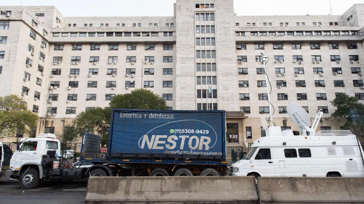 Néstor, logística y distribución. El camión utilizado para montar un móvil en la puerta de Tribunales